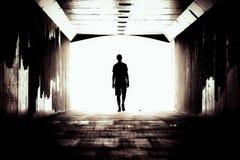 Силуэт парня в темном тоннеле стоковая фотография rf