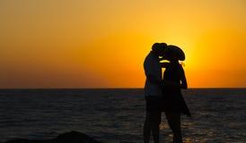 Силуэт пары в влюбленности на пляже на заходе солнца любовная история девушки сада мальчика целуя Человек и женщина на пляже Стоковое фото RF