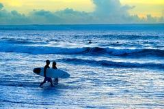 Силуэт пар серферов стоковые фото