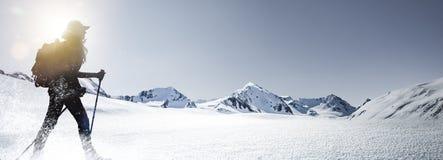 Силуэт пешей женщины в зиме Montains стоковая фотография