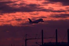 Силуэт плоского летания в облачном небе стоковое фото