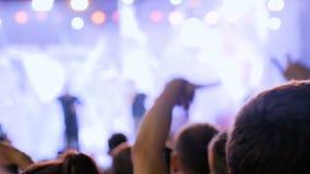 Силуэт подростков partying вечером под открытым небом концерт перед этапом акции видеоматериалы