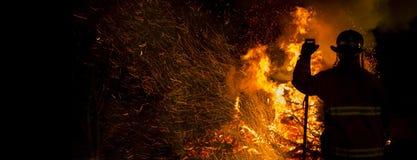 Силуэт пожарного стоковое фото