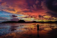 Силуэт положения человека на пляже на красивом красочном заходе солнца в Таиланде черная изолированная свобода принципиальной схе стоковая фотография rf