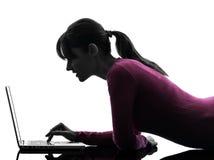Силуэт портативного компьютера женщины вычисляя Стоковое Изображение RF