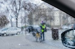Силуэт почтового работника в зеленой безопасности одевает около его b Стоковые Фотографии RF