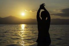 Силуэт ребенка на пляже Стоковое Фото