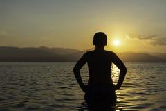Силуэт ребенка на пляже Стоковые Изображения
