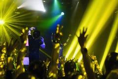 Силуэт рук вверх на концерте Стоковая Фотография RF