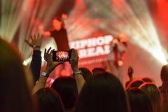 силуэт рук с smartphone на танце ночного клуба концерта Стоковое Изображение RF
