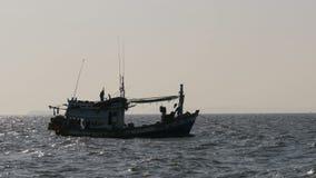 Силуэт рыбацкой лодки в море Таиланд ashurbanipal Паттайя видеоматериал