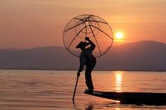 Силуэт рыболова в озере Inle стоковые изображения rf