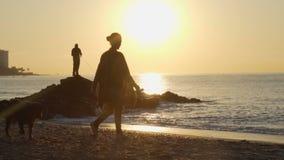 Силуэт рыболова, рыбная ловля человека на море от утеса на заходе солнца 120fps сток-видео