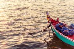 Силуэт рыболова с стилем неба захода солнца винтажным стоковое фото
