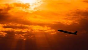 Силуэт самолета летания на предпосылке захода солнца сток-видео