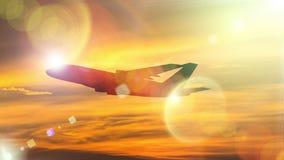 Силуэт самолета принимает на красочное драматическое острословие неба стоковые фото