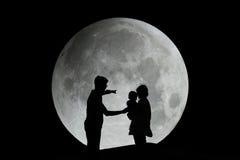 Силуэт семьи с луной стоковое изображение rf
