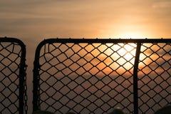 Силуэт сети безопасности ` s военного корабля на море, небо захода солнца на заднем плане Стоковая Фотография