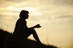 Силуэт сидя женщины Стоковые Изображения
