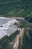 Силуэт сиротливой персоны путешественника идя вверх холм Стоковые Изображения