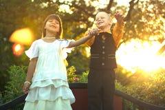 Силуэт скакать мальчика и женщины Стоковое Изображение RF