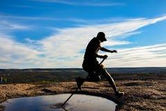 Силуэт скача лужица стоковое изображение rf