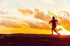 Силуэт следа спортсмена идущий бегуна женщины стоковая фотография rf