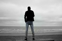Силуэт смотря море стоковое фото rf