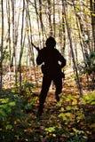Силуэт солдата в лесе Стоковые Фотографии RF