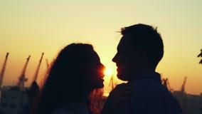 Силуэт счастливых пар тратя интимное время совместно на парке осени Свет захода солнца, пирофакелы солнца Любовники наслаждаясь д сток-видео
