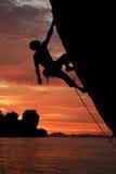 силуэт утеса альпиниста Стоковое Фото