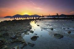 Силуэт фотографа фотографируя покинутое fishe стоковое фото