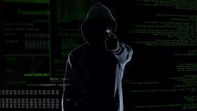 Силуэт хакера держа оружие, разрушая камеру слежения, угрозу и злодеяние видеоматериал
