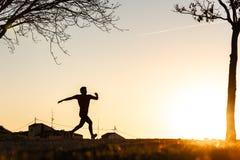 Силуэт хода человека стоковое изображение rf