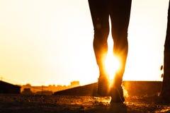 Силуэт хода человека стоковое фото