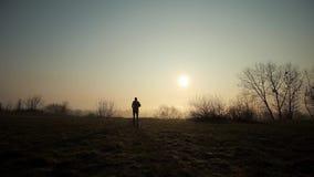 Силуэт человека бежать в солнце Восход солнца или заход солнца на предпосылке видеоматериал