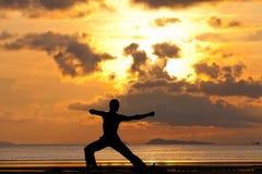Силуэт человека делая лучника тренировки йоги стоковое изображение