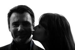 Силуэт человека женщины пар целуя Стоковые Фото