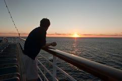 Силуэт человека на заходе солнца Стоковая Фотография RF