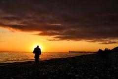 Силуэт человека на пляже стоковое изображение rf