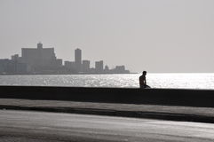 Силуэт человека на Malecon, Гавана стоковые фото