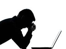силуэт человека одного despair компьютера вычисляя Стоковое Фото