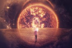 Силуэт человека стоит перед огромной дверью зеркала на мнимой планете стоковые изображения rf