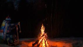Силуэт шамана сидя огнем видеоматериал