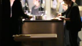 Силуэт шеф-поваров и поваров работая крепко в роскошной кухне акции видеоматериалы