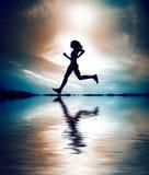 силуэт девушки идущий Стоковое Изображение RF