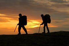 силуэт 2 альпинистов напольный стоковые фотографии rf