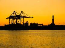 Силуэт lighhouse Lanterna города Генуи Genova, символа города, в порте на заходе солнца Италия стоковое изображение