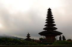 Силуэт Pura Ulun Danu Bratan Bedugul тюкованный Индонезия стоковые изображения rf