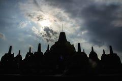 Силуэт Stupa на виске Borobudur стоковые фотографии rf